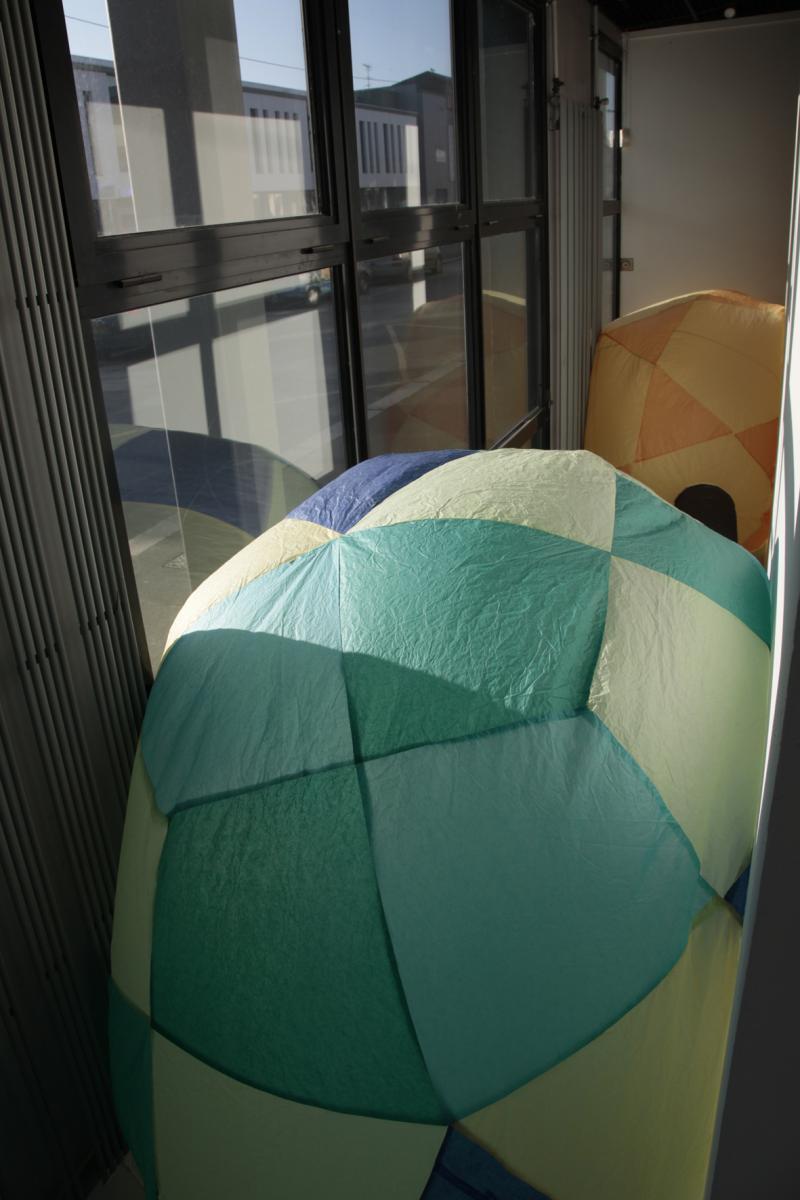 Ballons 2000. Papier de soie. 1,40 à 2,10 m de diamètre